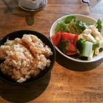 うどん家 ふ和ら - 炊き込みご飯とサラダ