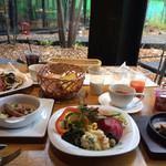 野菜がおいしいレストラン LONGING HOUSE - テラスを見ながら朝ごはん