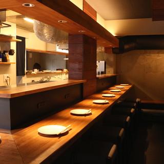 コンクリート打放しの上質空間。落ち着いた美食に集中する時間。