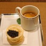 レンゲ - アミューズ  上海蟹のビスク ミモレット入り と 上海蟹ミソのカスタードの揚げ餃子 オシェトラのキャビアを添えて