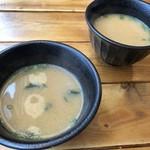 肉寿司ちょんまげ - それぞれに「お味噌汁」が付きますが、少し煮詰まっていたのが残念。