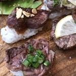 肉寿司ちょんまげ - 9貫にはサガリが2種付きます。