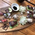 肉寿司ちょんまげ - ◆肉寿司は二人分盛ってだされます。提供までに15分以上かかったような。 左側が7貫、右側が9貫。