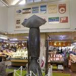 函館朝市 駅二市場 活いか釣り広場 - たまに行くならこんな店は、函館駅から徒歩圏内でイカ釣り&イカの刺し身が楽しめる「函館朝市 駅二市場 活いか釣り広場」です。