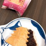 小山梅花堂 - 城下町もなか  食べる時に餡ををはさみます