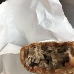 肉のすずき - 元気メンチカツ230円。熱々なのもあり、かじると肉汁が溢れてきます(╹◡╹)。塩、胡椒は感じますが、他の調味料はほとんど感じません。素材が勝った好みのメンチカツです(╹◡╹)