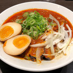 俺式 純 - 汁なし麻辣麺900円、サービス味玉