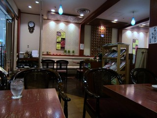 菊竹珈琲堂 アクロス福岡店 - 店内は昔ながらのゆっくりと落ち着くいれたてのコーヒーを一人で楽しめる喫茶店という雰囲気です。