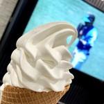 牧場創菓momom - 料理写真:原乳仕立てのソフトクリーム450円