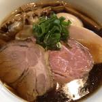 97087178 - 3種のチャーシューにワンタン、味玉が乗った贅沢な醤油らぁ麺!!