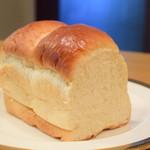 PARADIS - 湯種食パン@380円:ひと山カットして、断面を。
