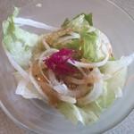 肉の万世  - カレーに付いてる野菜サラダ。       越谷店のドレッシングはあっさりしたイタリアンかな?