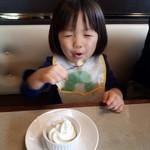 肉の万世  - ソフトクリームを自分で美味しそうに食べます。