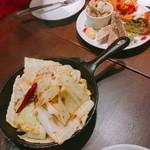 ワインバル 八十郎 - アンチョビとキャベツのソテー(490円)  奥は本日の前菜盛り合わせ3種(980円)