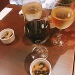 ワインバル 八十郎 - 手前が当方のグラスワイン シラー(490円)  お通しのオリーブのピクルス的存在とともに