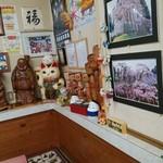 小西食堂 - 改めて、有名人の色紙と有名など中ノ沢コケシ