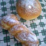 ボン・ボナ - (上)ミルクパン(中には生クリームがたっぷり♪)、(下)クリームドーナツ(カスタードがはさんであります。) 各100円