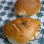 ボン・ボナ - (上)チーズパン80円、(下)焼きそばパン100円