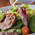 肉の炭火焼と土鍋ごはん だんらん居酒家HANA - 炭火炙り牛タンサラダ