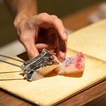 肉の炭火焼と土鍋ごはん だんらん居酒家HANA - 本日のおすすめ鮮魚を日替わりでご用意しております。