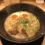 人情麺家 牛骨王 - 牛骨白湯ラーメン 卵入り