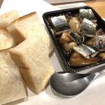 クウカイ - 秋刀魚とキノコのアヒージョ(パンを浸して食べるのがまた最高)