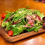 Les deux Bleue - ローストビーフとルッコラ セルバチコのサラダ