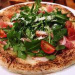 97138804 - プロシュートとワイルドルッコラのピザ