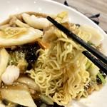 天津飯店 - 麺は中太で硬め、味弱め
