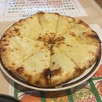 ビンディカ - チーズナン。パリッとした生地にとろけるチーズ