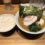 横浜家系ラーメン 満月家 - 料理写真:味玉らーめん+無料のライス