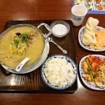 アリヤ 清真美食 - 酸菜羊肉锅と無料サービス (ビュッフェ)