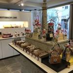 ママのえらんだ元町ケーキ - 広い店内には、ギフトや焼き菓子たちもいっぱい並んでいます♪(2018.11.24)