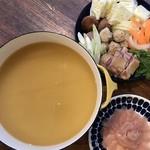 ドットキッチンアンドバー - オリーブ地鶏まんでがん鍋、キッチン風