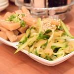 曾さんの餃子 - [手前]くらげきゅうり@290円:前菜は2種盛りにすると、50円引き