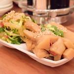曾さんの餃子 - [手前]極太メンマの燻製@390円:前菜は2種盛りにすると、50円引き