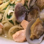 97180436 - 「下仁田葱と魚介のペスカトーレビアンコスパゲティ」接写。「ビアンコ(bianco)」とは「白」という意味だ。白ワインはイタリア語では「vino bianco(ビーノ・ビアンコ)」と言う。