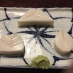 寿庵 - 料理写真:板わさは富士山 梅干 桜の花びらでしょうか 小田原らしいです