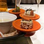 ナベノ-イズム - 長茄子素揚、貝ブイヨンで温かいクリアヴルーテ、オリーブマリネ、大心堂種亀コラボスナック