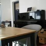 ハナミズキ カフェ - アップライトピアノがありました