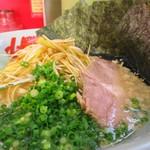 ラーメン山岡家 - 朝ラーメン・ネギ増し・海苔5枚増し、麺カタめ、脂を背脂に変更、梅ペースト抜き