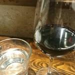 オステリアチードゥエ - 赤グラスとチェイサー。
