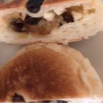 ブランジェリー・プチ・ブレ - ラムレーズンパンをカット。