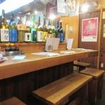磯貝 - 6人だったので一番奥のテーブル席を使わせていただいての食事会でしたが流石に学生街、店内は大学生で賑わってました。