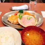 キッチン きく - 日替わり500円(税込)チキンカツ、ハムサラダ、味噌汁付き