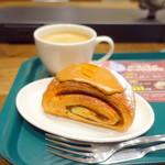 プロント - モーニングトーストセット(440円)のコーヒー、手前はジョアンのパン