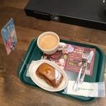 プロント - モーニングトーストセット(440円)のコーヒー、下はジョアンのパン
