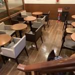 カフェ・ド・クリエ - 地下の席 コンセントも利用できる席があります。