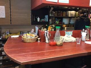 ヤドカリー 天満橋店 - 厨房とカウンター席