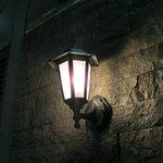 9722443 - お店の壁のランプです。